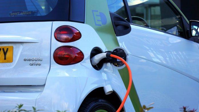 Elektrische auto aan de stekker