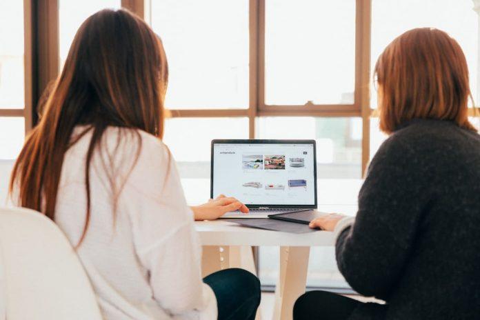 vrouwen kijken naar webshop