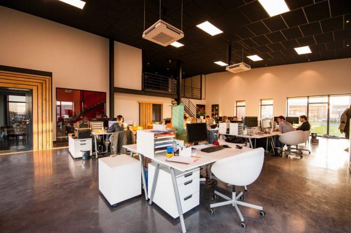 open kantoorruimte met kantoormeubels