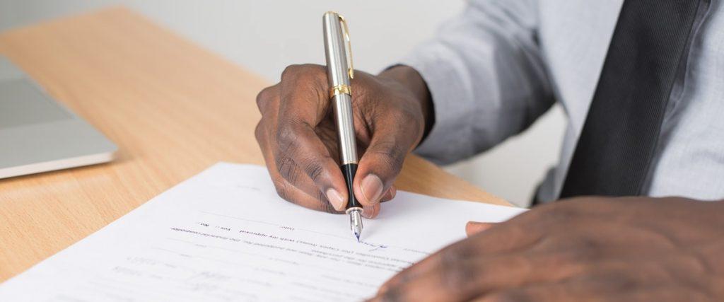 Man ondertekent document