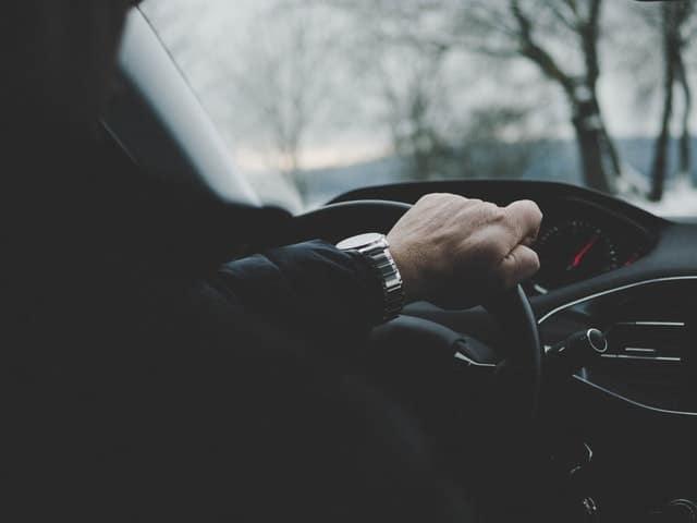 Man achter het stuur in auto