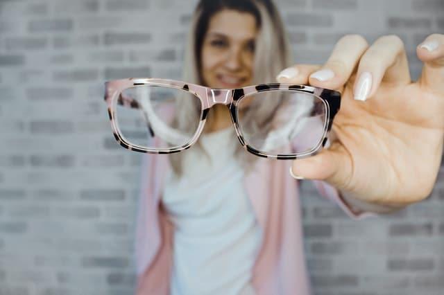 Vrouw laat bril zien