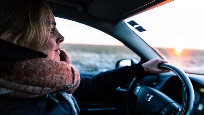 Vrouw achter stuur Volvo