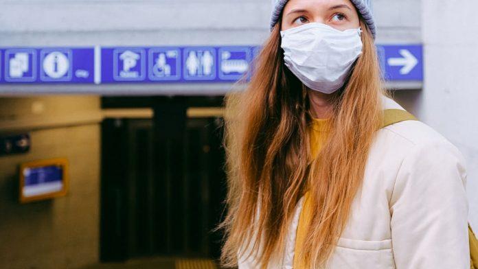 vrouw met mondmasker in OV