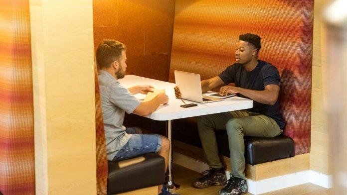 Twee mannen op kantoor korte broek