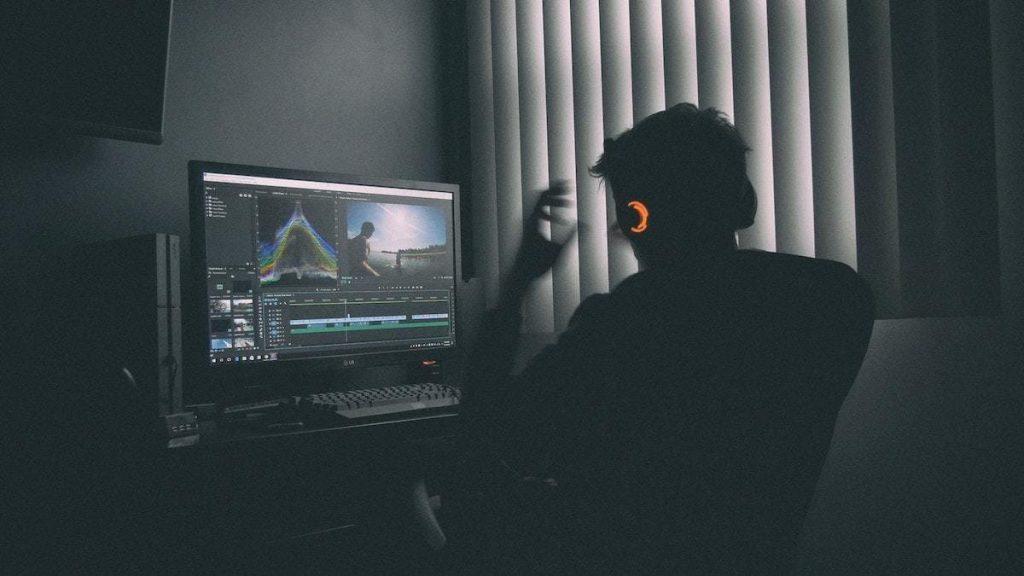 Man werkt met Adobe Premiere