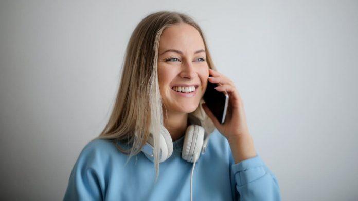 Blonde vrouw aan het bellen