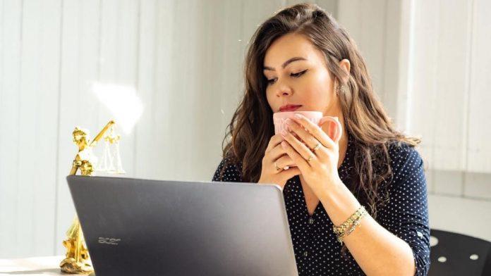 Vrouw met laptop en kopje