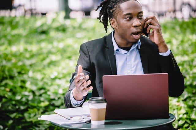 Jonge zakenman aan de telefoon
