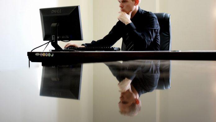 man aan het werk achter computer